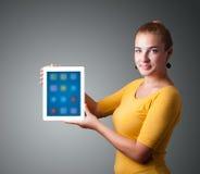 Kobieta trzyma nowożytną pastylkę z kolorowymi ikonami Zdjęcia Stock
