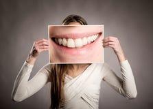 Kobieta trzyma obrazek usta zdjęcie royalty free
