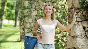 Kobieta trzyma ogrodniczych narzędzia w ogródzie zdjęcie wideo