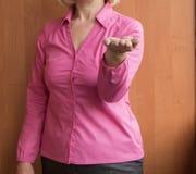 Kobieta trzyma otwartą palmową rękę up, przedstawia coś i pokazuje, selekcyjna ostrość fotografia stock