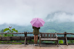 Kobieta trzyma parasol w deszczu Zdjęcia Stock