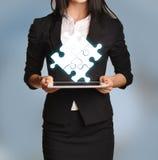 Kobieta trzyma pastylkę z łamigłówki ikoną Fotografia Royalty Free