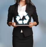 Kobieta trzyma pastylkę z przetwarzać ikonę Obraz Stock