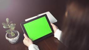 Kobieta trzyma pastylka komputer osobistego z zieleń ekranem zdjęcie wideo