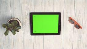 Kobieta trzyma pastylka komputer osobistego z zieleń ekranem zbiory wideo
