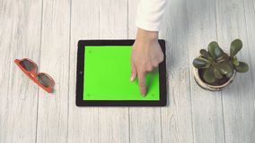 Kobieta trzyma pastylka komputer osobistego z zieleń ekranem zbiory