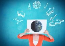 Kobieta trzyma plakat z kula ziemska rysunkiem przeciw graficznego interfejsu tłu Obraz Royalty Free