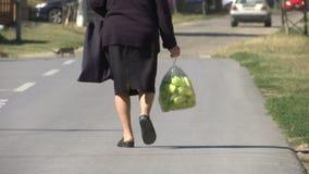 Kobieta trzyma plastikowego worek z zielonymi pieprzami inside zbiory wideo