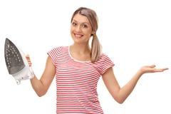 Kobieta trzyma pozować i żelazo obraz stock