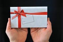 Kobieta trzyma prezent kartę Obraz Royalty Free