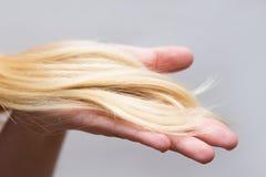 Kobieta trzyma problemaycznego włosy w jej ręce zdjęcie stock