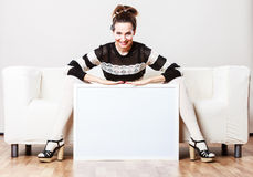 Kobieta trzyma pustej prezentaci deskę na kanapie Obrazy Royalty Free