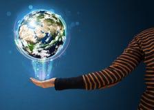 Kobieta trzyma rozjarzoną ziemską kulę ziemską Fotografia Royalty Free
