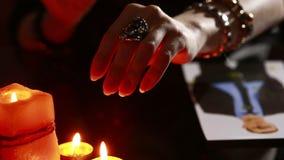 Kobieta trzyma rytuał czarna magia czarów mężczyzna Używa fotografię zbiory wideo
