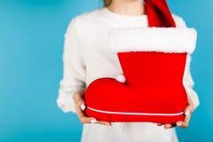 Kobieta trzyma Santa ` s but Zdjęcia Stock