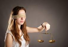 Kobieta trzyma sprawiedliwości skala obrazy stock