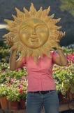 Kobieta Trzyma Sun rzeźbę Przed twarzą Zdjęcie Royalty Free