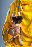 Kobieta trzyma szkło wino Zdjęcie Royalty Free