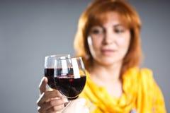 Kobieta trzyma szkło wino Fotografia Royalty Free