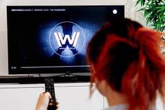 Kobieta Trzyma TV pilota Westworld zegarek i, oryginalny tworzenie HBO przemysł Westworld zdjęcie royalty free