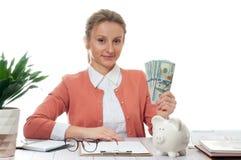 Kobieta trzyma wiązkę pieniędzy banknoty zdjęcia royalty free