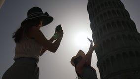 Kobieta trzyma wierza Pisa dla fotografii i inny fotografuje ona W?ochy, Pisa - zbiory wideo