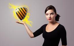 Kobieta trzyma wirtualnego osłona znaka Fotografia Royalty Free