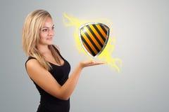 Kobieta trzyma wirtualnego osłona znaka Zdjęcie Stock