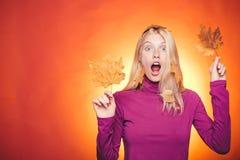 Kobieta trzyma z?ocistego li?? Dziewczyna jest ubranym w jesieni odziewa na jesie? s?onecznym dniu 2008 lotniczego jesie? suchego obraz stock