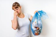 Kobieta trzyma zaśmierdłego torba na śmiecie Zdjęcie Stock