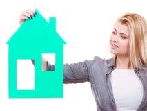 Kobieta trzyma zielonego papieru domu modela wycinankę Obraz Royalty Free
