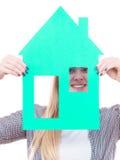 Kobieta trzyma zielonego papieru domu modela wycinankę Obraz Stock