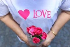 Kobieta trzymający piękne czerwone róże Walentynki ` s dnia pojęcie Zdjęcie Stock