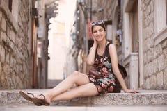 Kobieta turysta chwyta wspominki Młoda kobieta turysta, koczownik, backpacker Piękna kobieta podróżuje samotnie Korcula, Dubrovni Zdjęcie Royalty Free