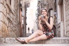Kobieta turysta chwyta wspominki Młoda kobieta turysta, koczownik, backpacker Piękna kobieta podróżuje samotnie Korcula, Dubrovni Obrazy Royalty Free