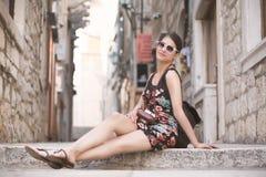 Kobieta turysta chwyta wspominki Młoda kobieta turysta, koczownik, backpacker Piękna kobieta podróżuje samotnie Korcula, Dubrovni Fotografia Stock