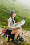 Kobieta turysta czyta mapę Obrazy Stock
