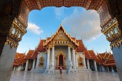 Kobieta turysta jest cieszy się podróżować przy Wata Benchamabophit Dusitvanaram marmuru świątynią Bangkok fotografia stock
