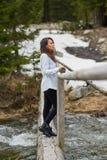 Kobieta turysta na drewnianym moscie Zdjęcia Royalty Free
