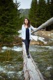 Kobieta turysta na drewnianym moscie obrazy royalty free
