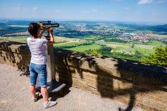 Kobieta turysta na obserwacja pokładzie, przegląda estradowy Hohenzollern kasztel, Niemcy obrazy royalty free