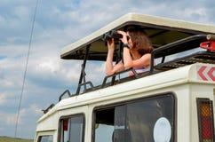 Kobieta turysta na safari w Afryka, podróż w Kenja Zdjęcie Royalty Free