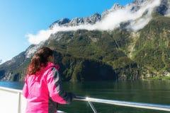 Kobieta turysta na statku pokładzie w Milford dźwięku zdjęcie stock