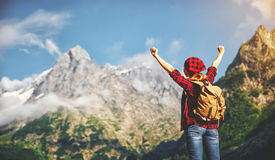 Kobieta turysta na szczyciefal tg0 0n w tym stadium góry przy zmierzchem outdoors podczas podwyżki Zdjęcia Royalty Free