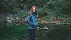 Kobieta turysta siedzi na banku halny jezioro Fotografia Royalty Free