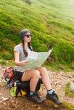 Kobieta turysta w naturze czyta mapę Fotografia Stock
