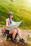 Kobieta turysta w naturze z światłem słonecznym czyta mapę Obraz Royalty Free