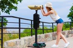 Kobieta turysta z słońca kapeluszowy patrzeć przez teleskopu Obraz Royalty Free