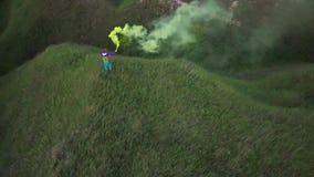Kobieta turysty stojaki na górze falowania z dymną bombą i wzgórza zbiory