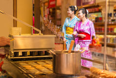 Kobieta turysty sukni kimonowy odprowadzenie w ulicie Zdjęcia Stock